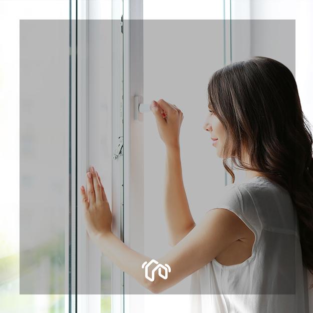 femme-ouvrant-fenêtre-blanche